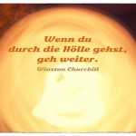 Langzeit belichtete Kerze bei Bewegung mit dem Winston Churchill Zitat: Wenn du durch die Hölle gehst, geh weiter. Winston Churchill