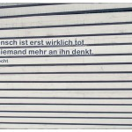 Holzdach mit dem Bertolt Brecht Zitat: Der Mensch ist erst wirklich tot, wenn niemand mehr an ihn denkt. Bertolt Brecht