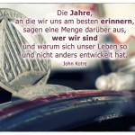 Altes Fahrrad mit dem John Kotre Zitat: Die Jahre, an die wir uns am besten erinnern, sagen eine Menge darüber aus, wer wir sind und warum sich unser Leben so und nicht anders entwickelt hat. John Kotre