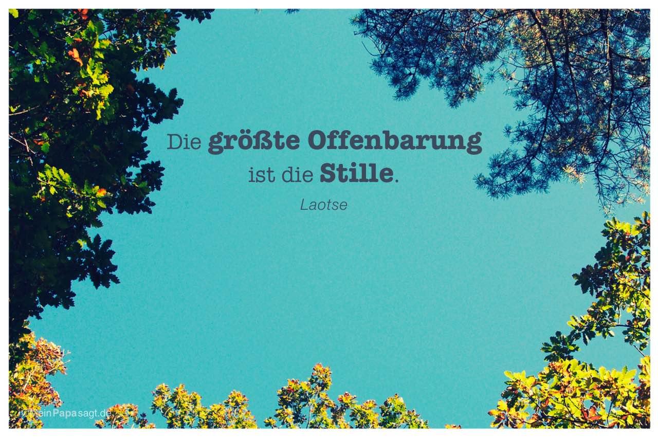 Himmel mit Bäumen und dem Laotse Zitat: Die größte Offenbarung ist die Stille. Laotse