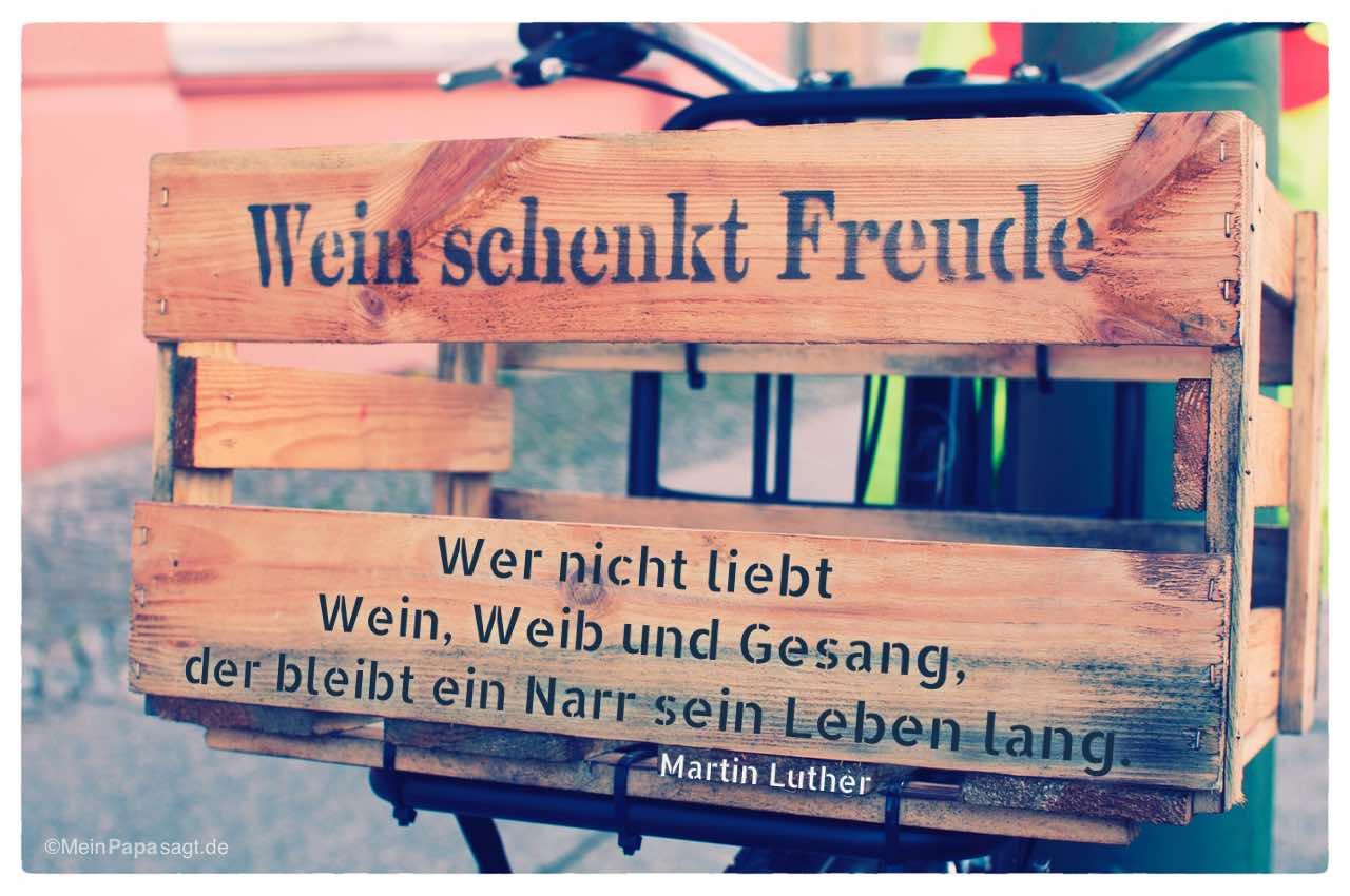 Fahrrad mit Weinkiste und dem Martin Luther Zitat: Wer nicht liebt Wein, Weib und Gesang, der bleibt ein Narr sein Leben lang. Martin Luther