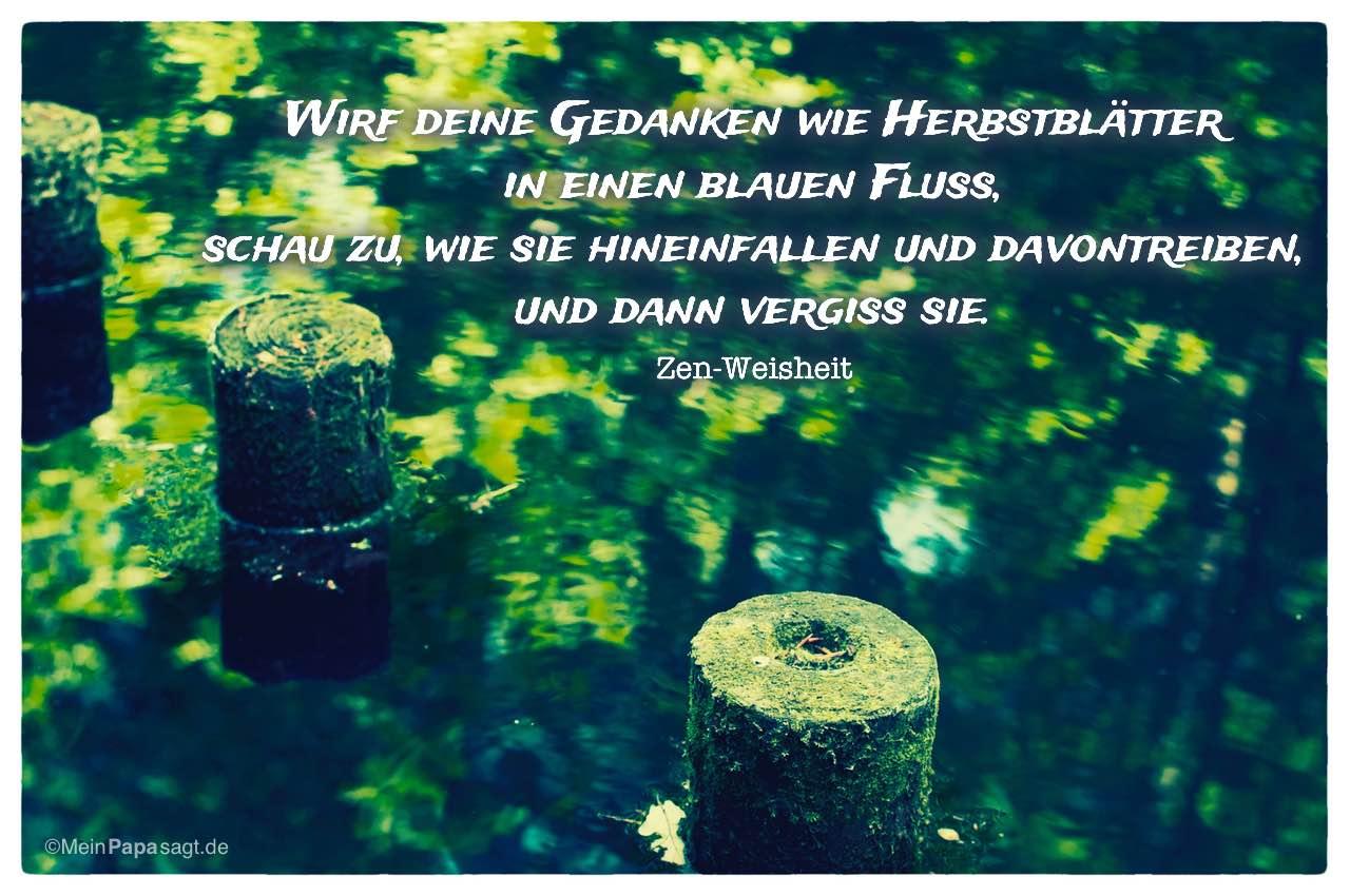 Fluss mit spiegelnden Blättern und der Zen-Weisheit: Wirf deine Gedanken wie Herbstblätter in einen blauen Fluss, schau zu, wie sie hineinfallen und davontreiben, und dann vergiss sie. Zen-Weisheit