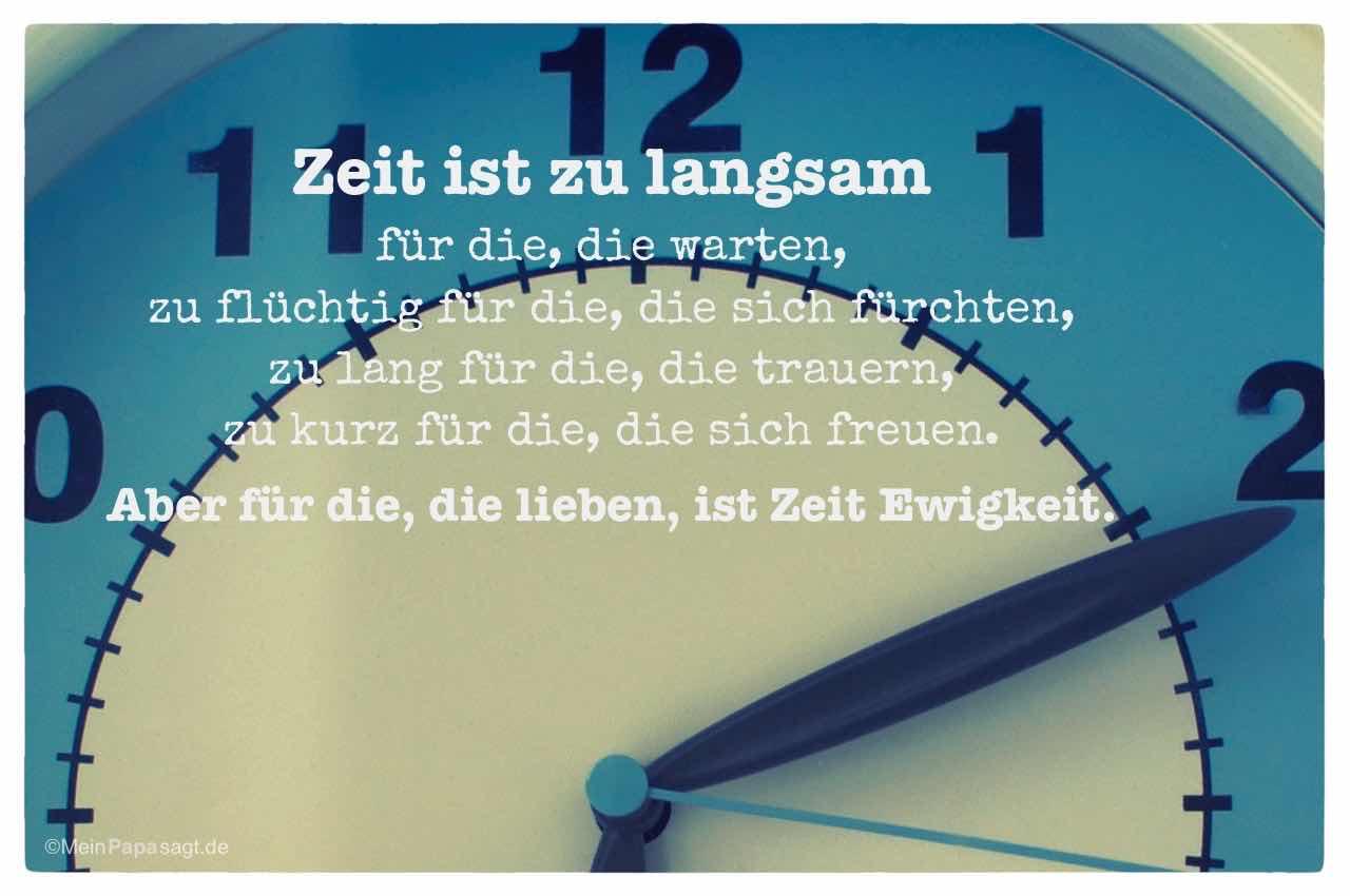 Uhr mit dem Spruch: Zeit ist zu langsam für die, die warten, zu flüchtig für die, die sich fürchten, zu lang für die, die trauern, zu kurz für die, die sich freuen. Aber für die, die lieben, ist Zeit Ewigkeit.