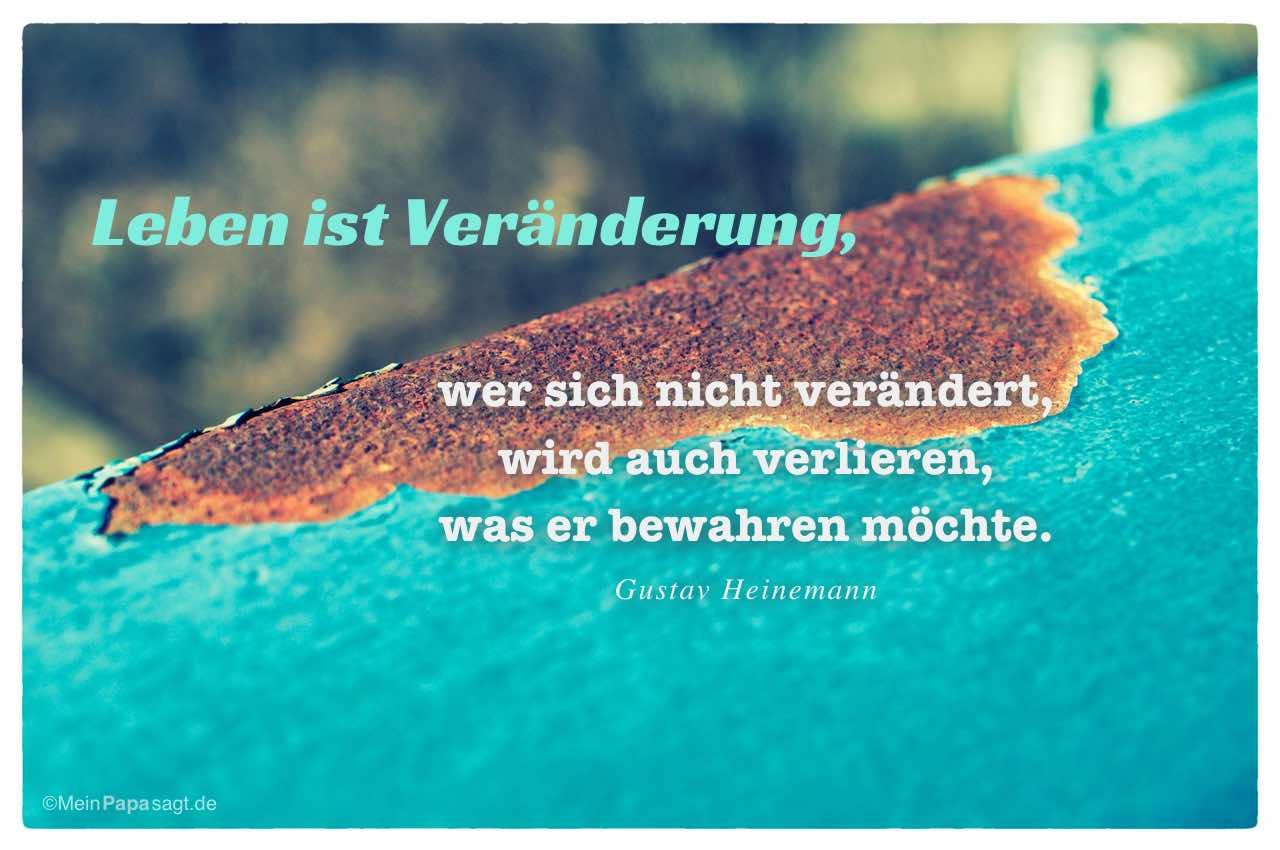 Rostiges Geländer mit dem Gustav Heinemann Zitat: Leben ist Veränderung, wer sich nicht verändert, wird auch verlieren, was er bewahren möchte. Gustav Heinemann