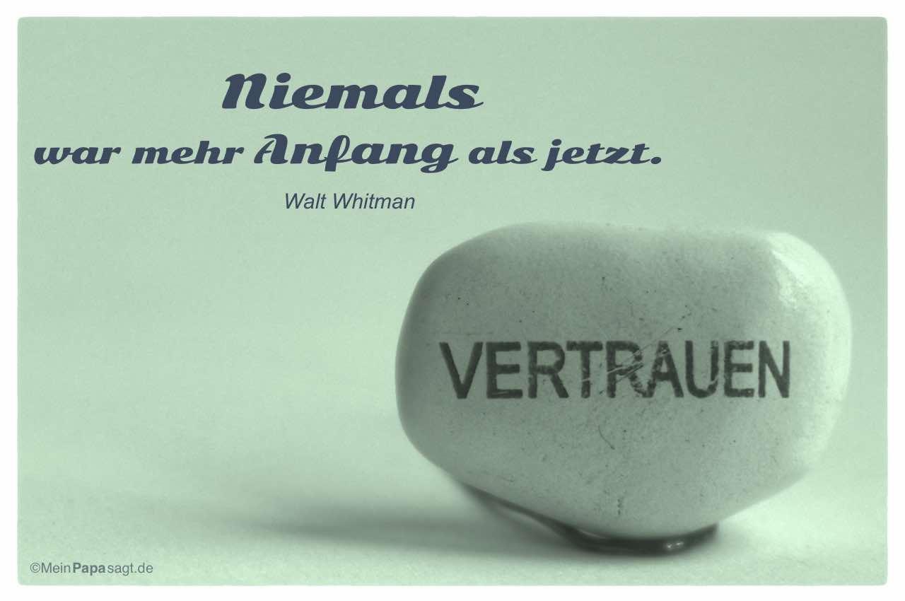 Stein mit Schriftzug - Vertrauen und dem Walt Whitman Zitat: Niemals war mehr Anfang als jetzt. Walt Whitman