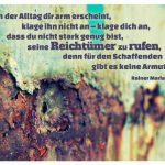 verrostetes Metall mit dem Rainer Maria Rilke Zitat: Wenn der Alltag dir arm erscheint, klage ihn nicht an – klage dich an, dass du nicht stark genug bist, seine Reichtümer zu rufen, denn für den Schaffenden gibt es keine Armut. Rainer Maria Rilke