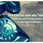 Altes Telefon mit dem Doris Day Zitat: Die Ehe ist wie ein Telefon: Wenn man nicht richtig gewählt hat, ist man falsch verbunden. Doris Day