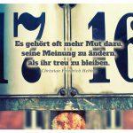 Schild Hausnummern mit dem Hebbel Zitat: Es gehört oft mehr Mut dazu, seine Meinung zu ändern, als ihr treu zu bleiben. Christian Friedrich Hebbel
