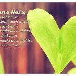 2 Blätter bilden ein Herz mit der chinesischen Weisheit: Ohne Herz sieht man und erkennt doch nichts, hört man und versteht doch nichts, isst man und schmeckt doch nichts. Chinesische Weisheit