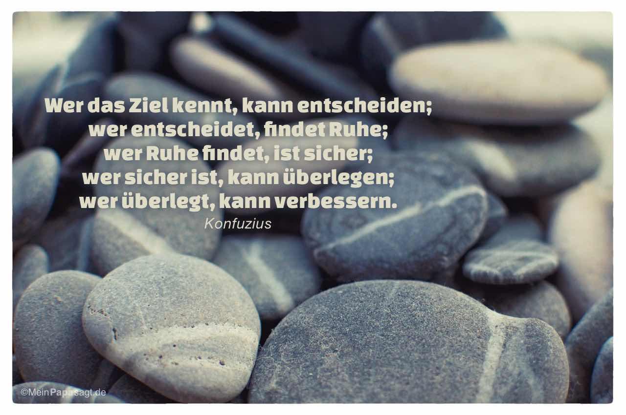 Steine im Weg mit dem Konfuzius Zitat: Wer das Ziel kennt, kann entscheiden; wer entscheidet, findet Ruhe; wer Ruhe findet, ist sicher; wer sicher ist, kann überlegen; wer überlegt, kann verbessern. Konfuzius