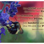 Biene mit dem Thakur Zitat: Ich schlief und träumte, das Leben sei Freude. Ich erwachte und sah, das Leben war Pflicht. Ich handelte und siehe, die Pflicht war Freude. Rabindranath Thakur