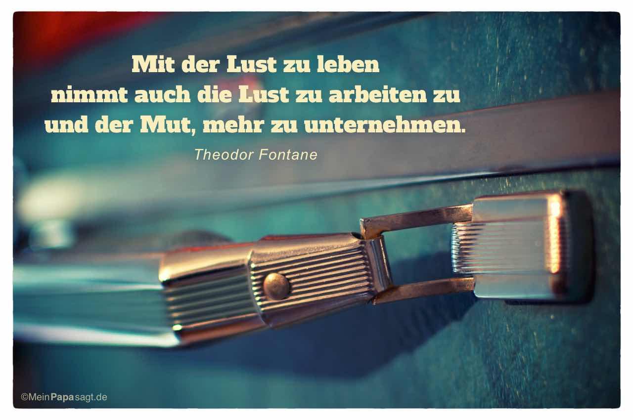 Alter Koffer mit dem Fontane Zitat: Mit der Lust zu leben nimmt auch die Lust zu arbeiten zu und der Mut, mehr zu unternehmen. Theodor Fontane