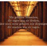 Säulengang Alte Nationalgalerie Berlin mit dem Spruch: Mir gefallen Menschen, die sagen was sie denken, aber noch mehr gefallen mir diejenigen, die machen was sie sagen.