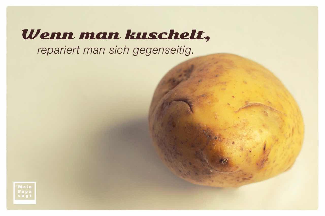 Zufrieden lächelndes Kartoffelgesicht mit dem Spruch: Wenn man kuschelt, repariert man sich gegenseitig.