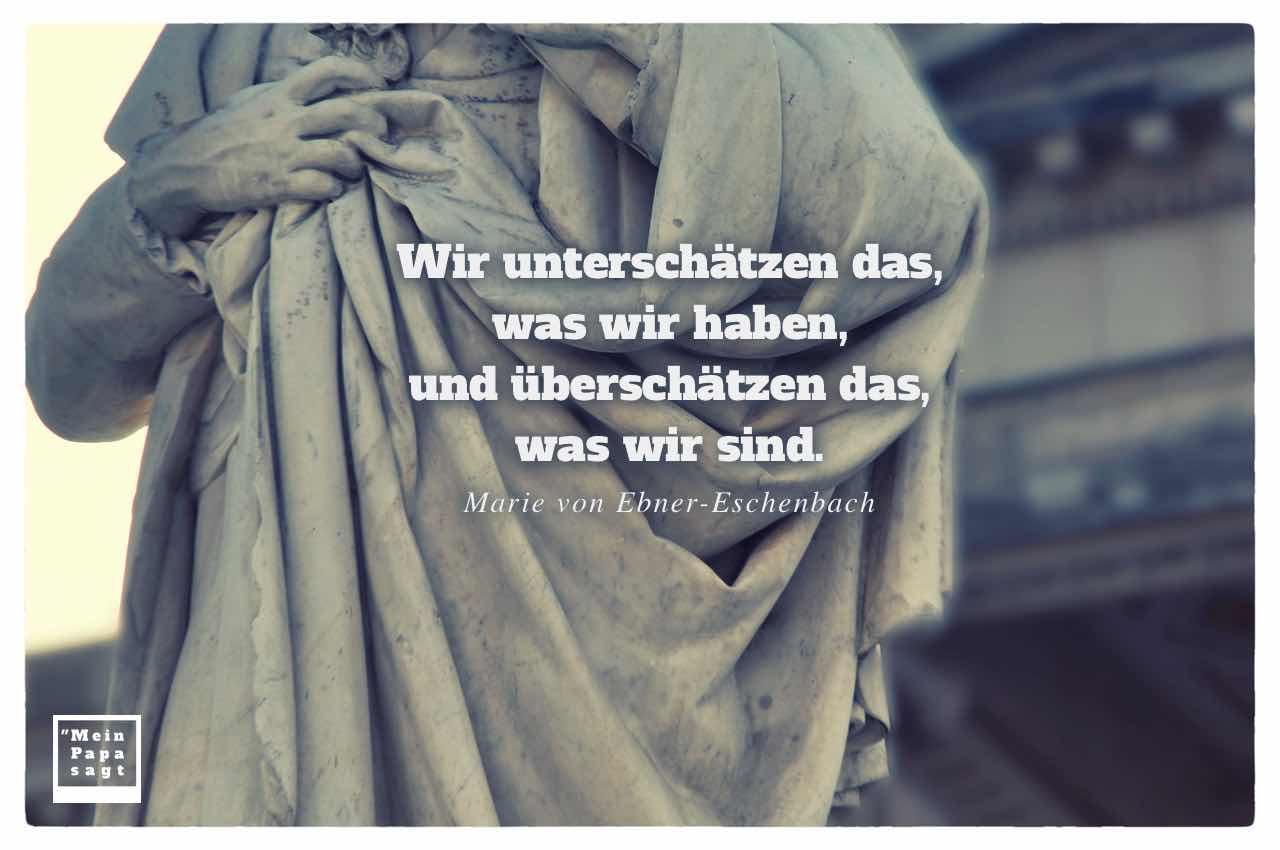 Friedrich Schiller Denkmal mit dem Ebner-Eschenbach Zitat: Wir unterschätzen das, was wir haben, und überschätzen das, was wir sind. Marie von Ebner-Eschenbach