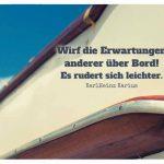 Boot mit dem Karius Zitat: Wirf die Erwartungen anderer über Bord! Es rudert sich leichter. KarlHeinz Karius