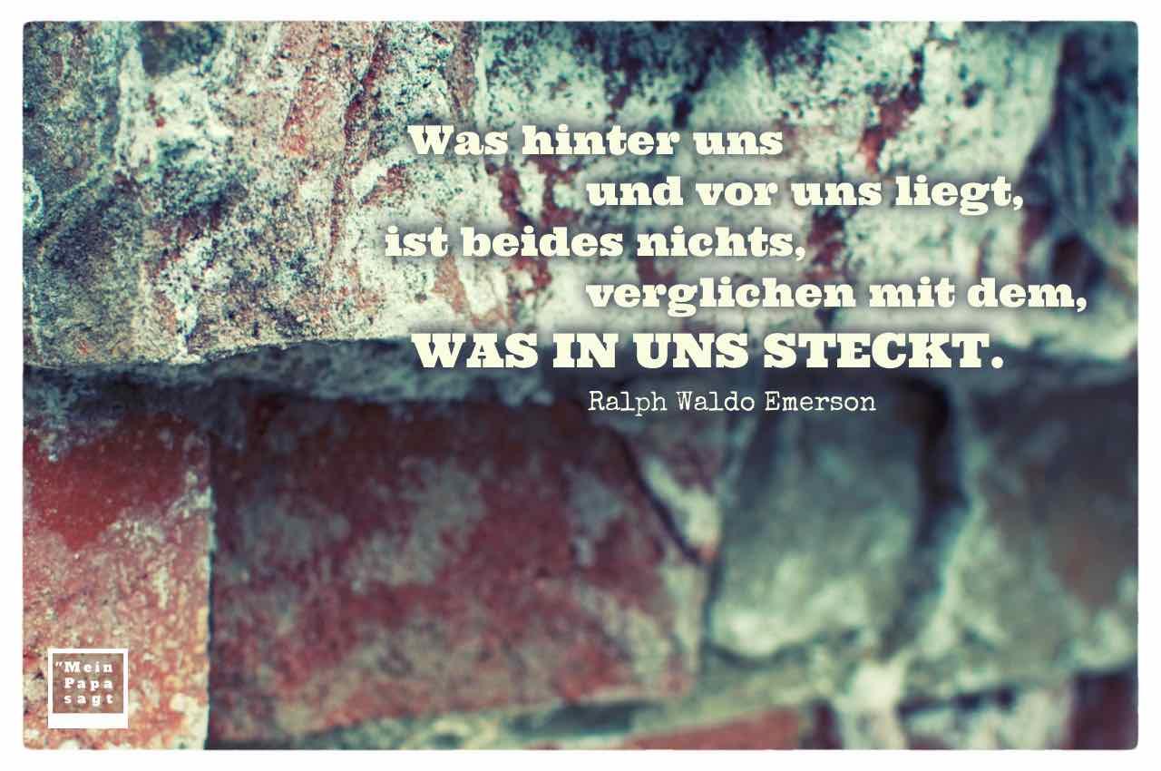 Alte Backstein Wand mit dem Emerson Zitat: Was hinter uns und vor uns liegt, ist beides nichts, verglichen mit dem, was in uns steckt. Ralph Waldo Emerson