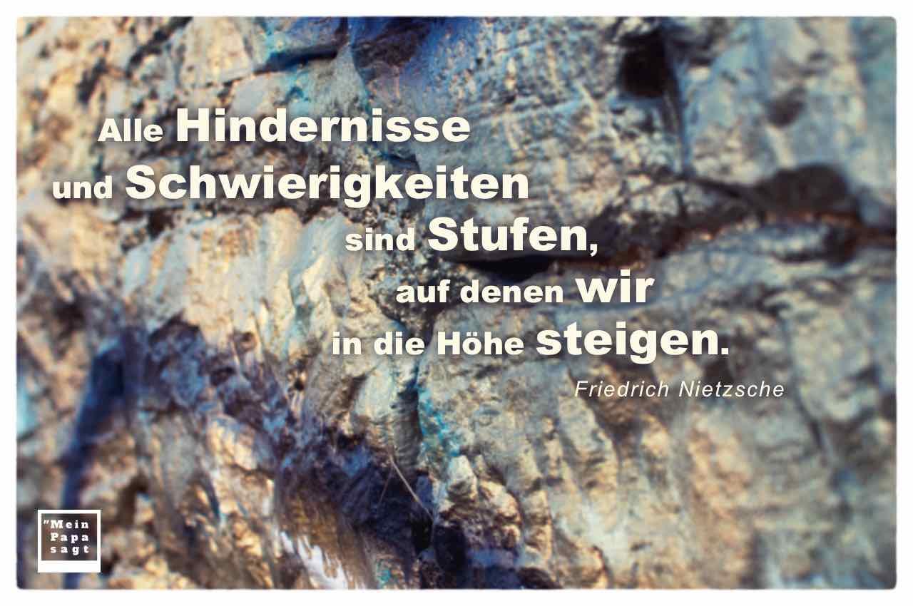 Felswand mit dem Nietzsche Zitat: Alle Hindernisse und Schwierigkeiten sind Stufen, auf denen wir in die Höhe steigen. Friedrich Nietzsche