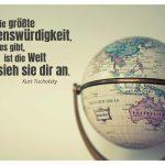 Globus mit dem Tucholsky Zitat: Die größte Sehenswürdigkeit, die es gibt, ist die Welt - sieh sie dir an. Kurt Tucholsky