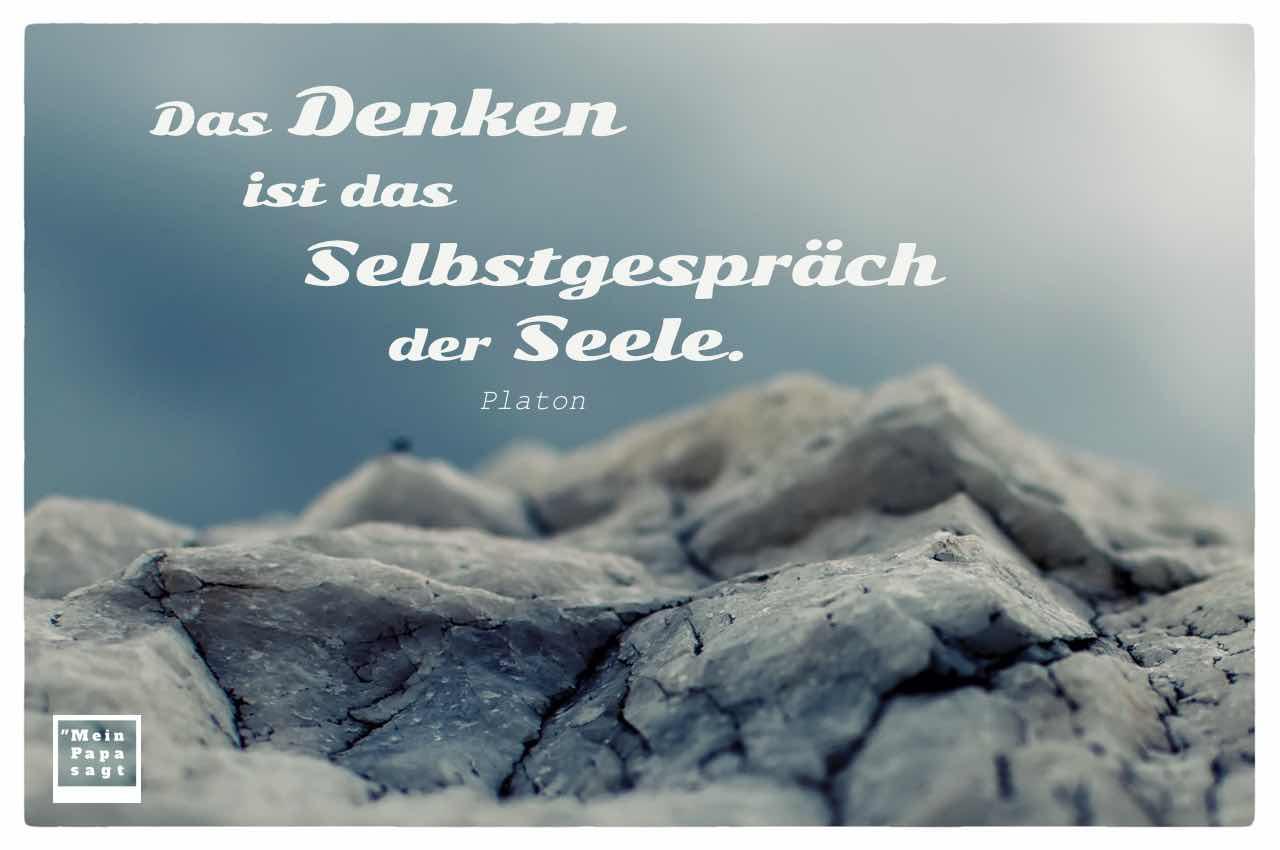 Fels vor blauem Himmel mit dem Platon Zitat: Das Denken ist das Selbstgespräch der Seele. Platon