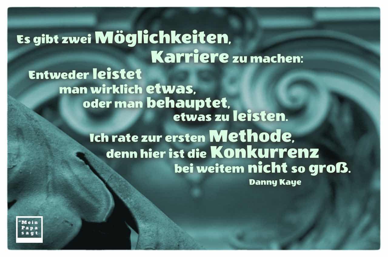 Berliner Hauseingang mit dem Kaye Zitat: Es gibt zwei Möglichkeiten, Karriere zu machen: Entweder leistet man wirklich etwas, oder man behauptet, etwas zu leisten. Ich rate zur ersten Methode, denn hier ist die Konkurrenz bei weitem nicht so groß. Danny Kaye