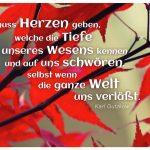 Rote Ahorn-Bläter mit dem Gutzkow Zitat: Es muss Herzen geben, welche die Tiefe unseres Wesens kennen und auf uns schwören, selbst wenn die ganze Welt uns verläßt. Karl Gutzkow