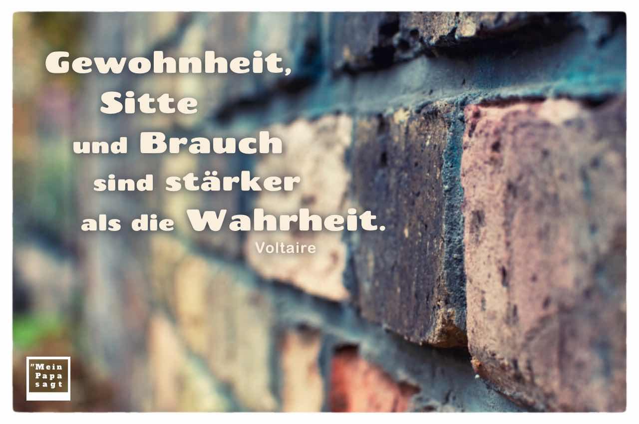 Alte Steinmauer mit dem Voltaire Zitate-Bild: Gewohnheit, Sitte und Brauch sind stärker als die Wahrheit. Voltaire