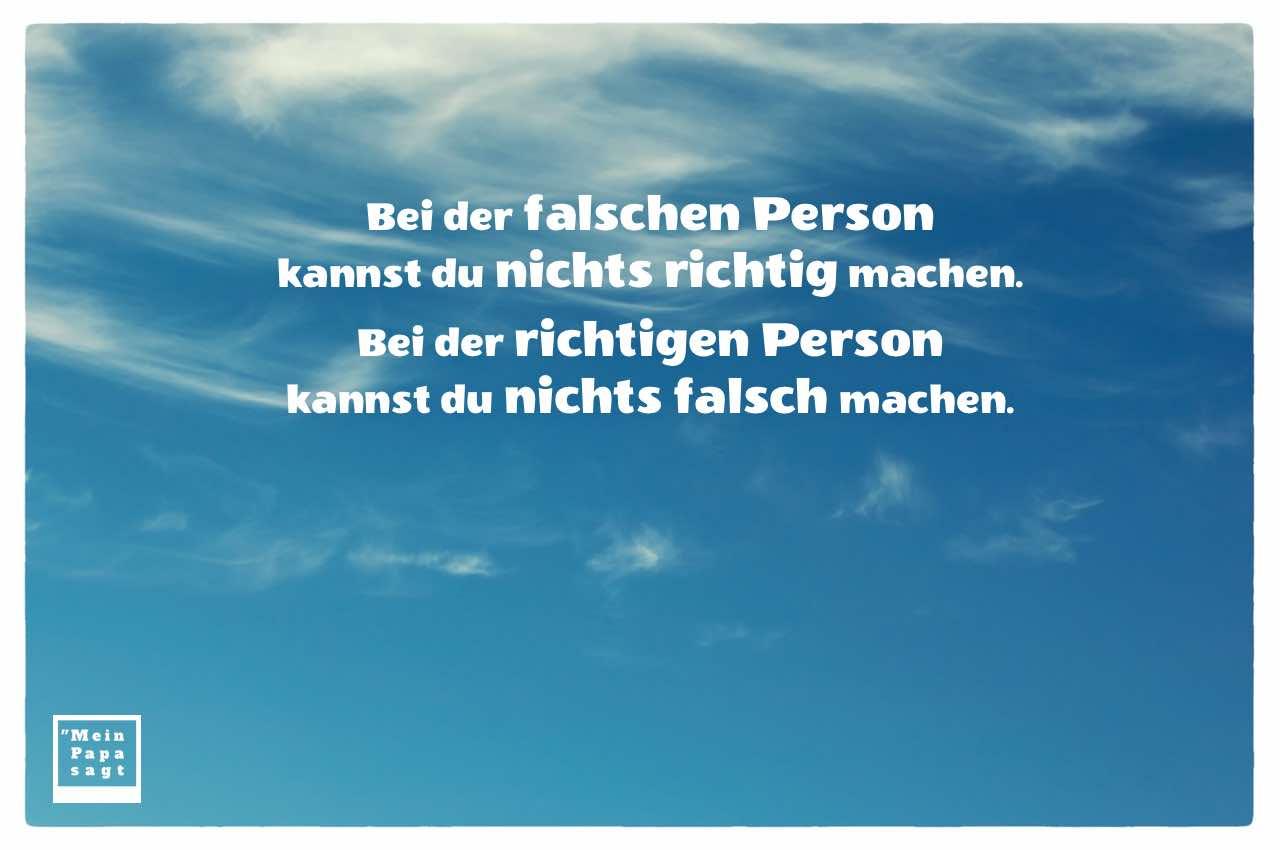 Wolken-Himmel mit dem Sprüche Bild: Bei der falschen Person kannst du nichts richtig machen. Bei der richtigen Person kannst du nichts falsch machen.