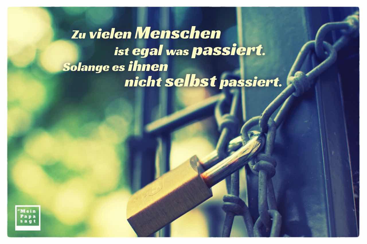 Kette mit Schloß am Tor und dem Spruch-Bild: Zu vielen Menschen ist egal was passiert. Solange es ihnen nicht selbst passiert.