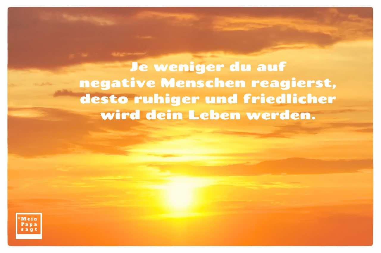 Sonnenuntergang mit Sprüche Bilder: Je weniger du auf negative Menschen reagierst, desto ruhiger und friedlicher wird dein Leben werden.