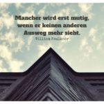 Hausfassade vor wolkigen Himmel mit Faulkner Zitate Bilder: Mancher wird erst mutig, wenn er keinen anderen Ausweg mehr sieht. William Faulkner