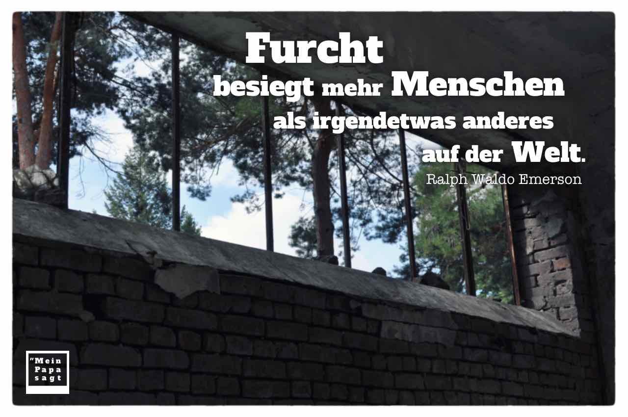 Verfallenes Gebäude mit Emerson Zitate Bildern: Furcht besiegt mehr Menschen als irgendetwas anderes auf der Welt. Ralph Waldo Emerson