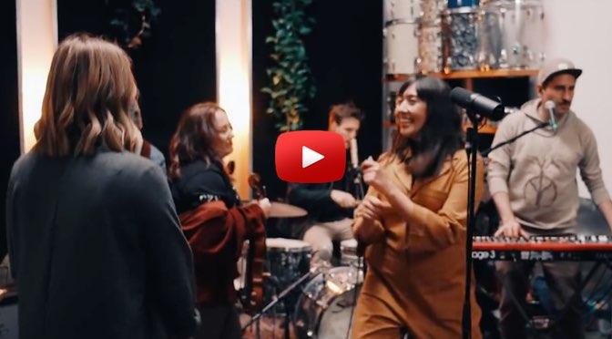 Jenniffer Kae – Knöpfe – </br>Musik zum Wochenende