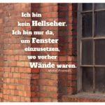 Altes Industrie Backsteingebäude mit Fenstern und Foucault: Ich bin kein Hellseher. Ich bin nur da, um Fenster einzusetzen, wo vorher Wände waren. Michel Foucault