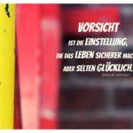 Farbige Metalltreppe vor Klinkerstein mit Johnson Zitate Bilder: Vorsicht ist die Einstellung, die das Leben sicherer macht, aber selten glücklich. Samuel Johnson