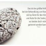 Poröser Stein mit Platon Zitate Bilder: Das ist der größte Fehler bei der Behandlung von Krankheiten, daß es Ärzte für den Körper und Ärzte für die Seele gibt, wo beides doch nicht getrennt werden kann. Platon