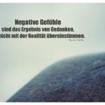 Fels vor grauem Himmel mit Katie Zitate Bilder: Negative Gefühle sind das Ergebnis von Gedanken, die nicht mit der Realität übereinstimmen. Byron Katie