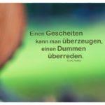 Baumstamm vor Rasen mit Goetz Zitate Bilder: Einen Gescheiten kann man überzeugen, einen Dummen überreden. Curt Goetz