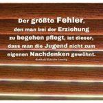 Holzdekor Jalousie mit Lessing Zitate mit Bild: Der größte Fehler, den man bei der Erziehung zu begehen pflegt, ist dieser, dass man die Jugend nicht zum eigenen Nachdenken gewöhnt. Gotthold Ephraim Lessing