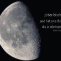 Jeder ist ein Mond und hat eine dunkle Seite, die er niemanden zeigt - Mark Twain