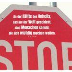 STOP-Schild mit Eliot Zitate mit Bild: An der Hälfte des Unheils, das auf der Welt geschieht, sind Menschen schuld, die sich wichtig machen wollen. T. S. Eliot