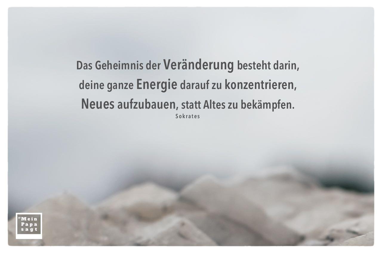 Stein vor Himmel mit Sokrates Zitate Bilder: Das Geheimnis der Veränderung besteht darin, deine ganze Energie darauf zu konzentrieren, Neues aufzubauen, statt Altes zu bekämpfen. Sokrates